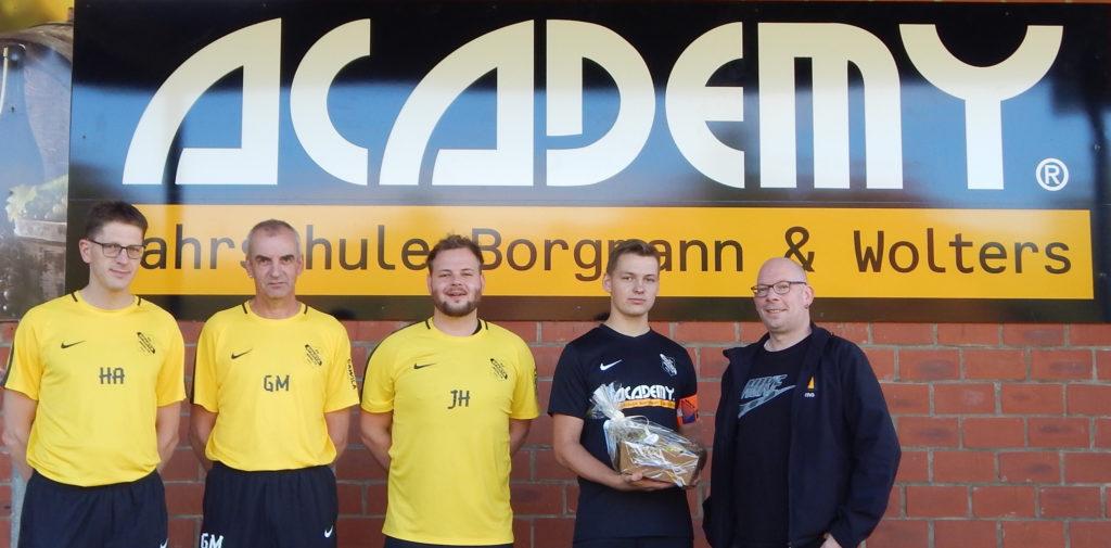 Foto v.l. Trainerteam, Kapitän und Geschäftsführer Timo Borgmann